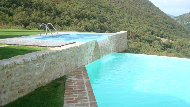 Una cascata di freschezza news news for Piscina con cascata
